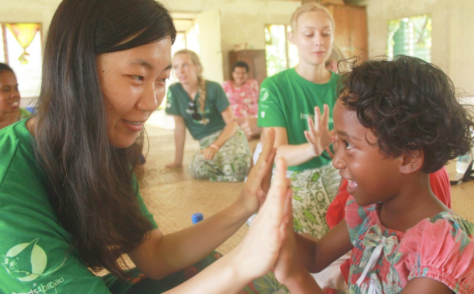 フィジーの子供と遊ぶ高校生チャイルドケアボランティア